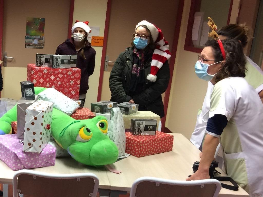 Remise de cadeaux aux enfants du CMPR «La Clairière» de Flers par des étudiantes en formation